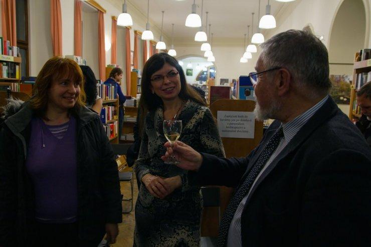 Doc. Lubomír Hrouda s další autorkou Mgr. Věrou Hroudovou (uprostřed)
