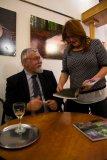 Hlavní autor doc. RNDr. Lubomír Hrouda, CSc. při autogramiádě